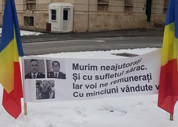 Polițiștii au afișat bannere de comemorare a colegilor căzuți la datorie