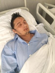 Polițistul Sfichi pe patul de spital, după operație